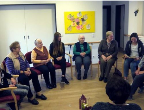 Jugendliche lesen in Caritas-Pflegeeinrichtung in Bad Laervor