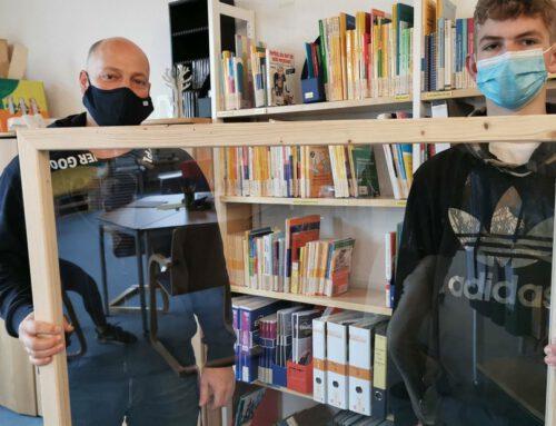 Lehrer Andreas Harfst baut Hygiene-Trennscheiben mit seiner Holz-AG